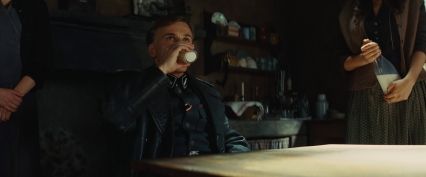 Hans_Landa_drinks_milk